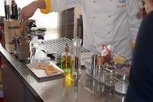 Foto di attività durante una lezione, in una scuola di cucina.