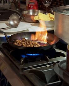 Finferle fiammeggiate nella padella di ferro.