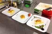 Una fase di impiattamento durante un corso di cucina.