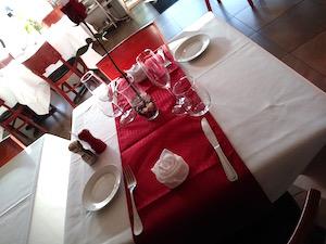 Una tavola apparecchiata durante un periodo di avviamento di un ristorante, per delle prove.