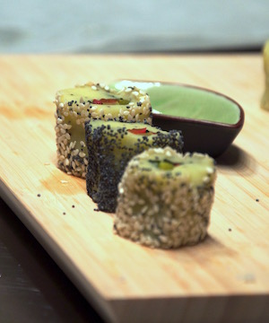 Dei maki vegetariani fatti con patata, verdura e semi di papavero, quindi anche vegani, durante un corso sulla cucina vegetariana e vegana.