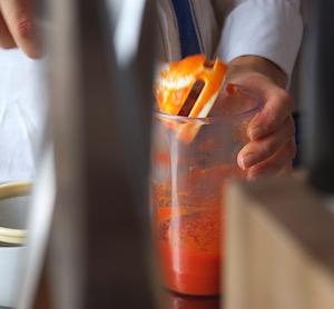Una salsa al peperone, una delle preparazioni che spesso cuciniamo assieme agli allievi.