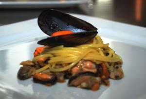 Un altro piatto che si potrebbe imparare durante il corso cuoco, gli spaghetti alle cozze.
