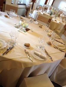 La tavola apparecchiata nella sala di un ristorante.