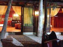 Vista interno del ristorante, dall'esterno.