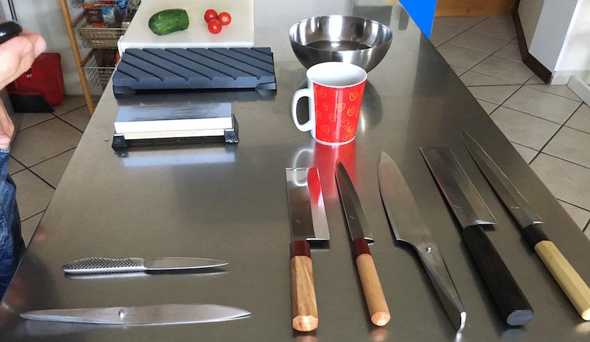 Tavolo con i coltelli pronti per le prove e per l'affilatura.