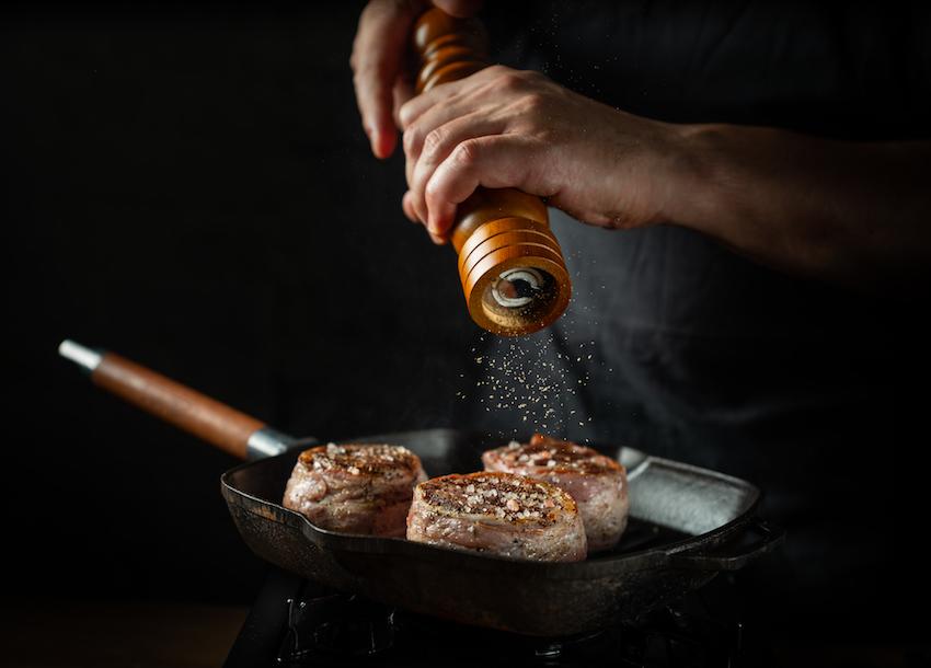 Un appassionato di cucina sta preparando un filetto sulla bistecchiera.