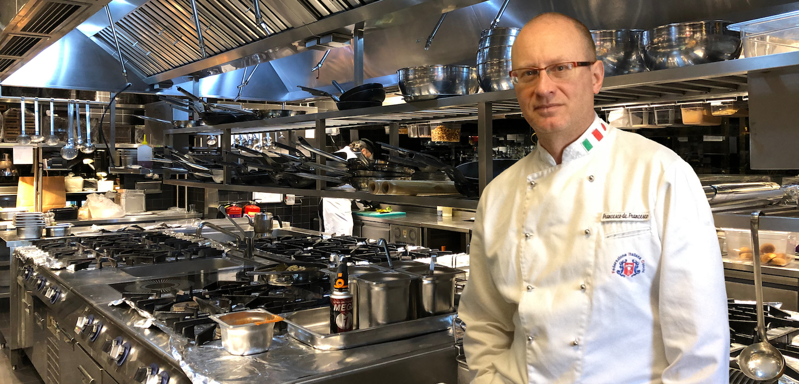 Un corso chef, con l'executive chef Francesco de Francesco, come docente, per imparare a gestire una brigata di cucina.