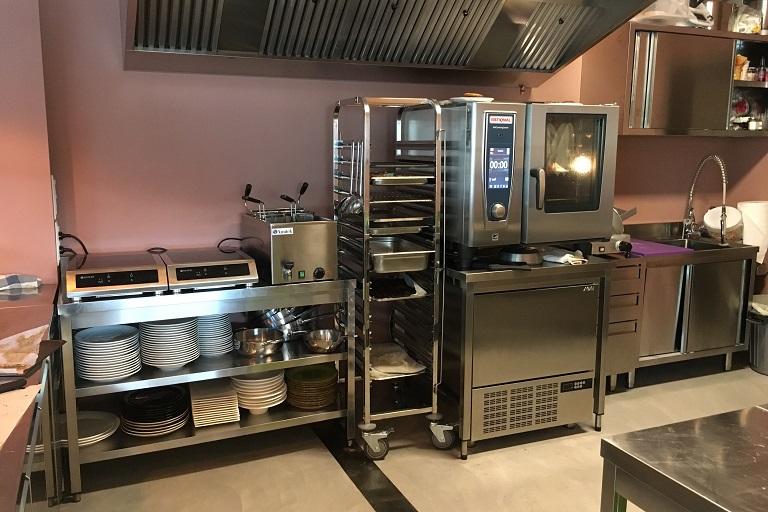 La cucina a vista del Ristorante Camaleonte, ad Alonte (VI).