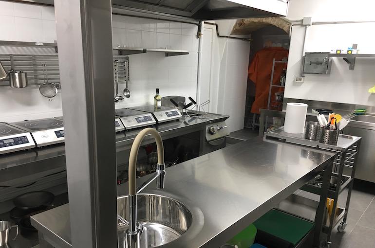 La vista di una parte della cucina del ristorante Pastinaca a Volterra.