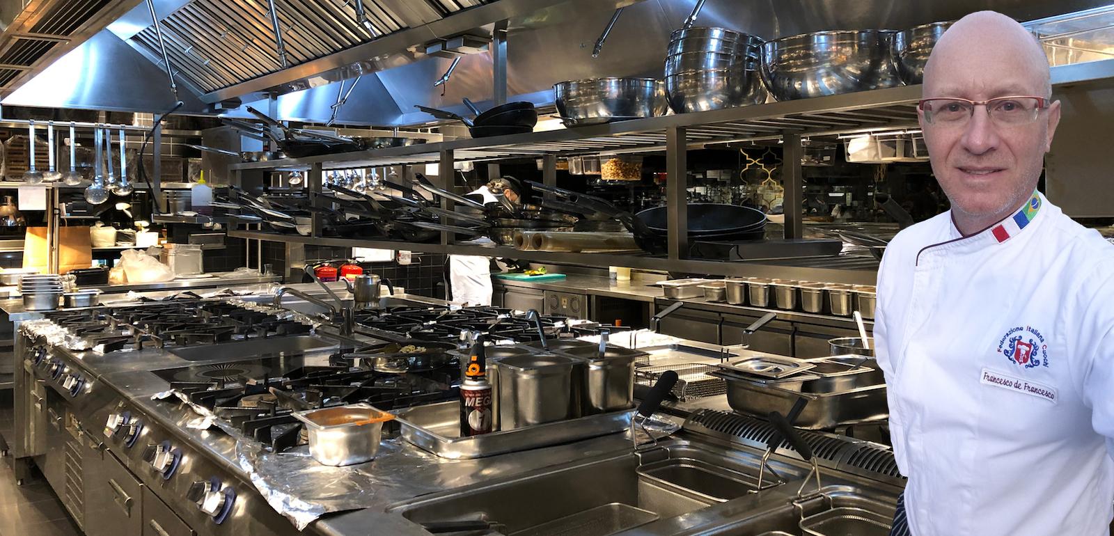 L'executive chef Francesco de Francesco, docente del corso di cucina amatoriale personalizzato.