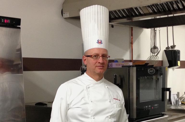 Eccomi, l'executive chef Francesco de Francesco, in una delle cucine professionali in cui ho lavorato.