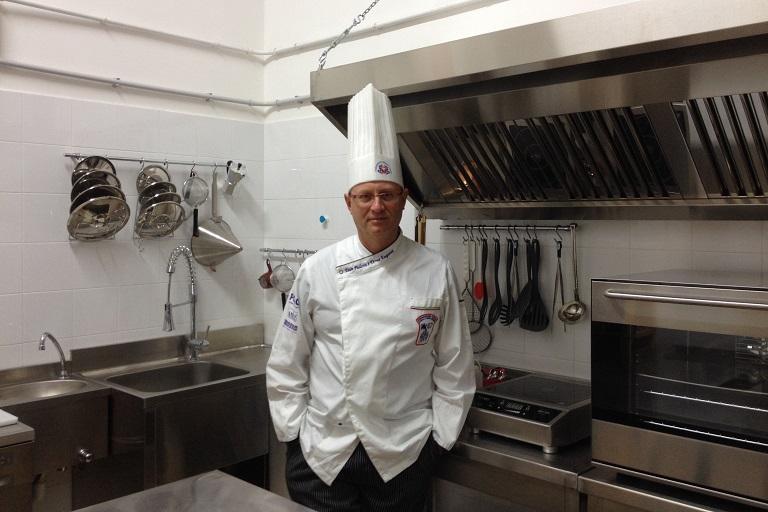 Una foto dell'Executive Chef Francesco de Francesco, durante una pausa di un corso di cucina professionale a Lecce.