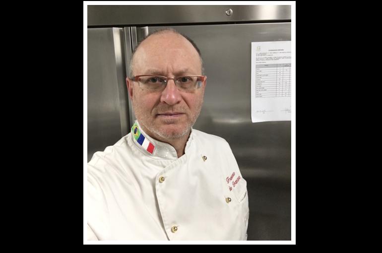 L'executive chef Francesco de Francesco presso il ristorante vegetariano a Volterra.