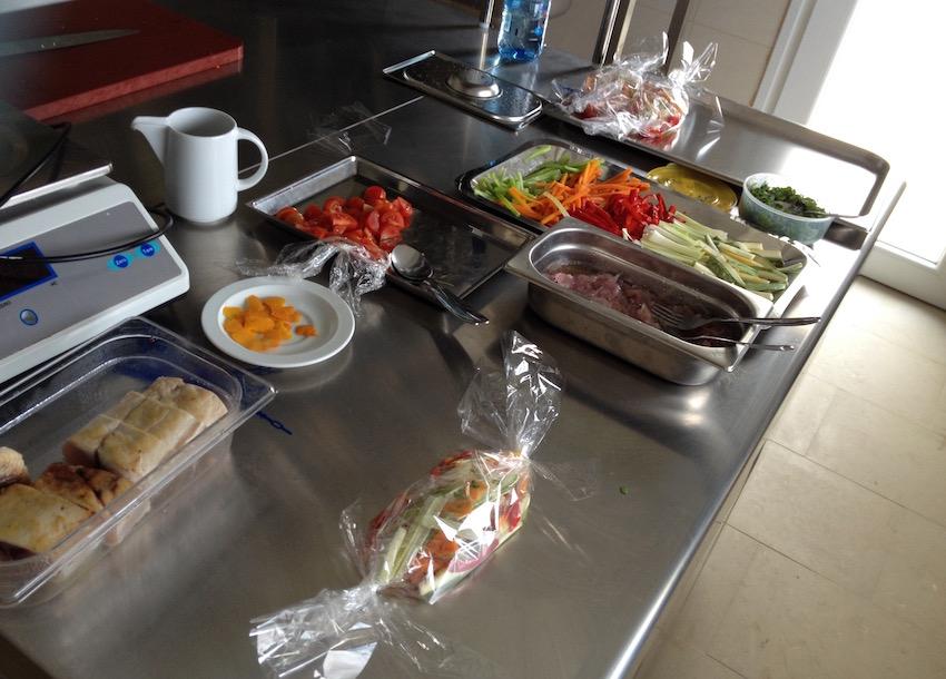 Materie prime pronte durante un corso di cucina professionale.