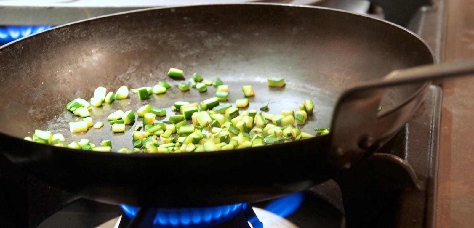 La padella di ferro, strumento indispensabile per gli appassionati di cucina vegetariana o vegana.