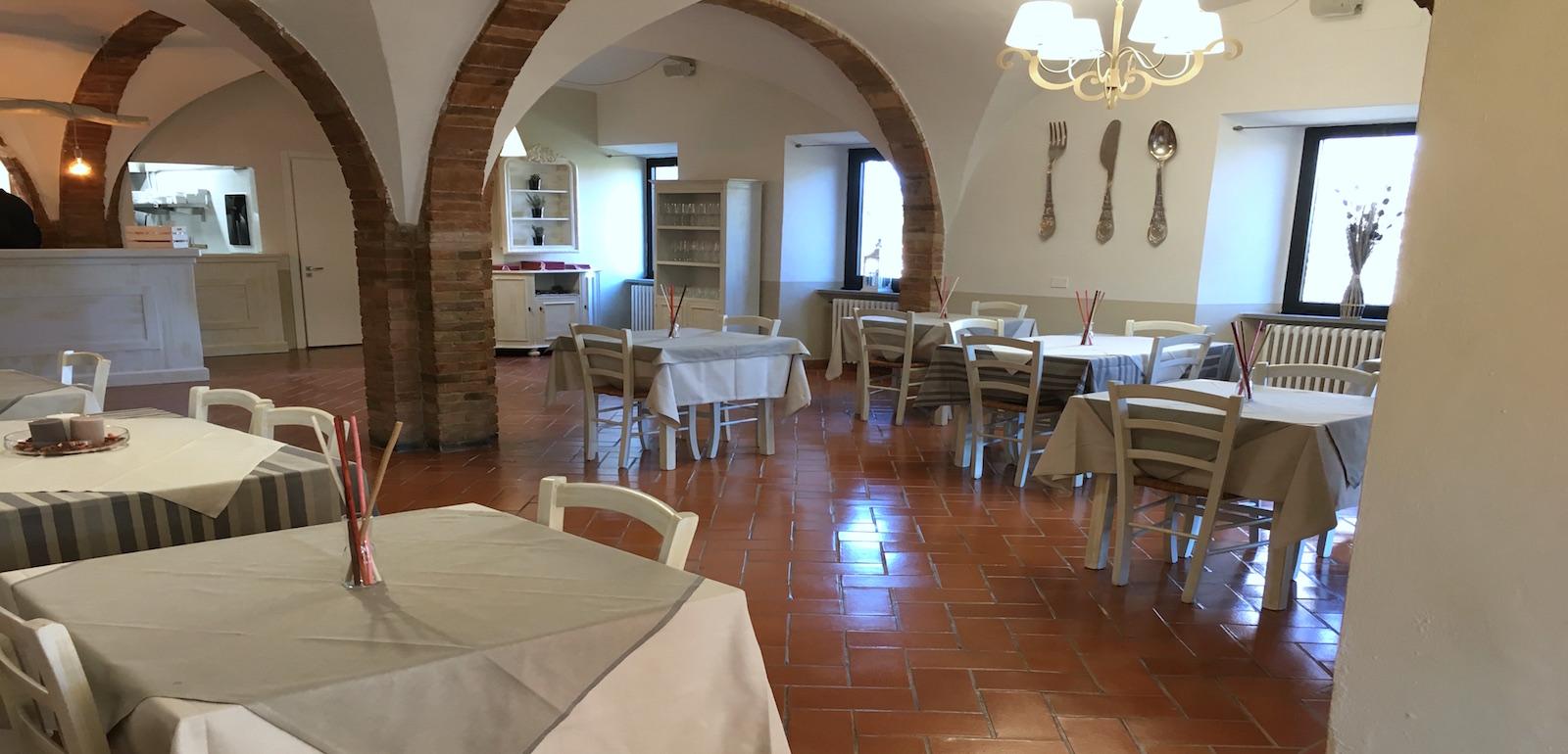 La sala del ristorante vegetariano Pastinaca a Volterra.