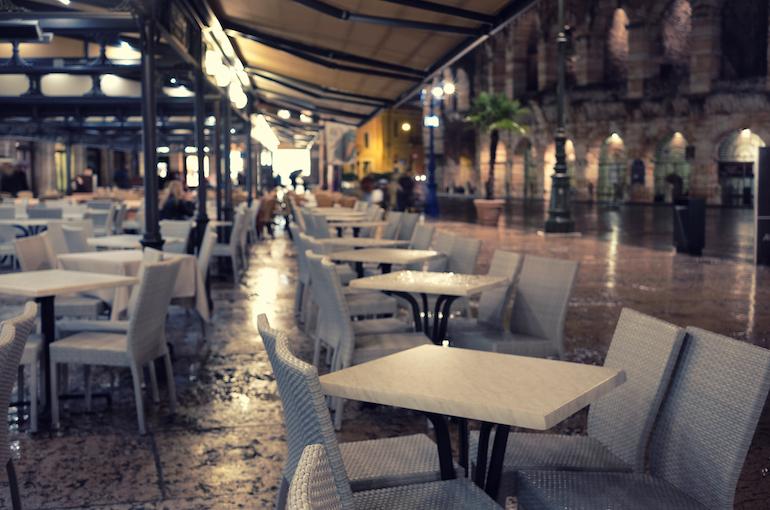 Veduta di ristoranti vuoti in una città italiana, Verona.