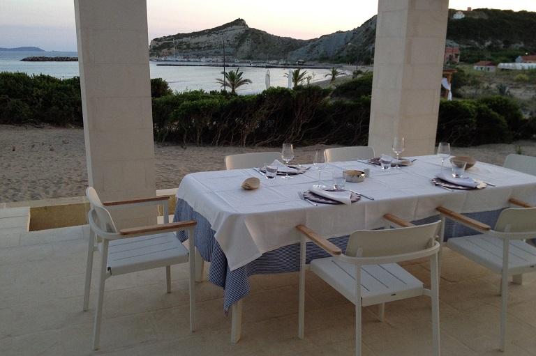 Un tavolo esterno del ristorante Acantha, su un'isola della Grecia.